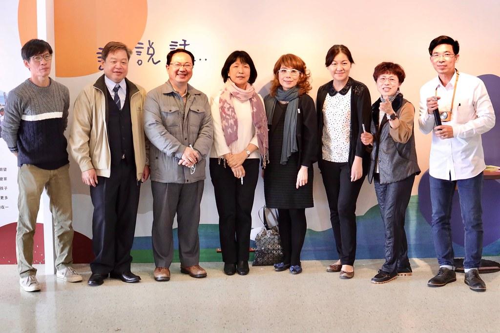 03_攝影聯展開幕當天,公益平台文化基金會、文曄教育基金會、台灣佳能資訊股份有限公司、永續社會企業股份有限公司的代表,及屯山國小校長皆一同出席。