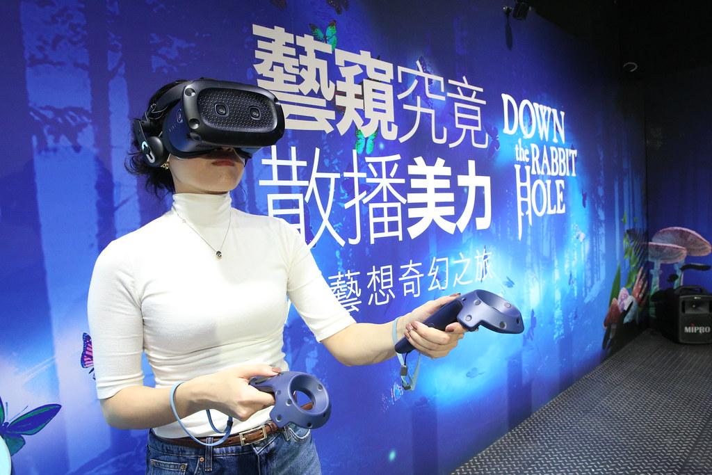 HTC新聞圖檔2(消費者身歷其境體驗《跳進兔子洞-VR藝想奇幻之旅》)