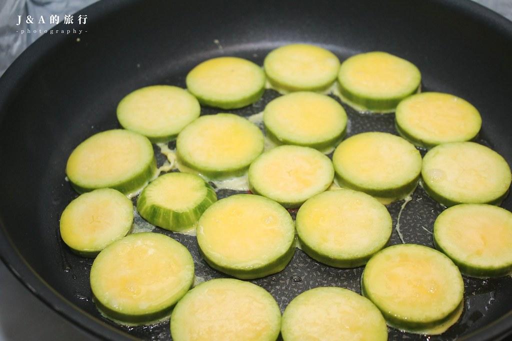 【食譜】蛋煎櫛瓜。零失敗櫛瓜料理,單吃或搭配微酸帶麻油香的醬汁也很對味 @J&A的旅行