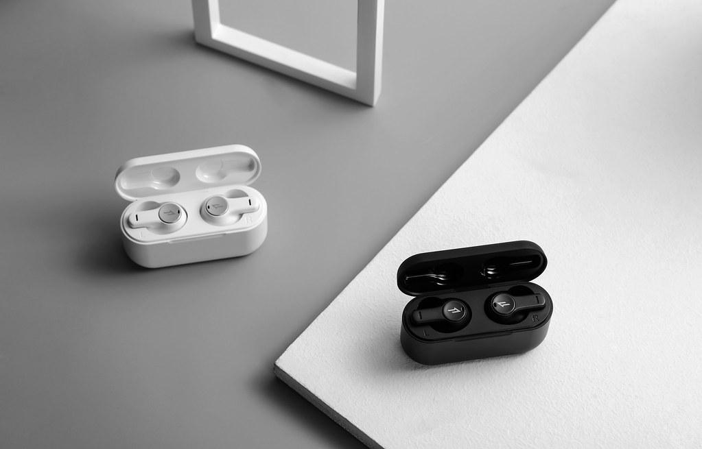 1MORE PistonBuds真無線耳機擁有一貫的優異音質外,擁有DNN通話降噪技術,無須擔心外在聲音干擾,搭配深炭黑和雪皓白兩款經典配色,售價只需新台幣1,690元