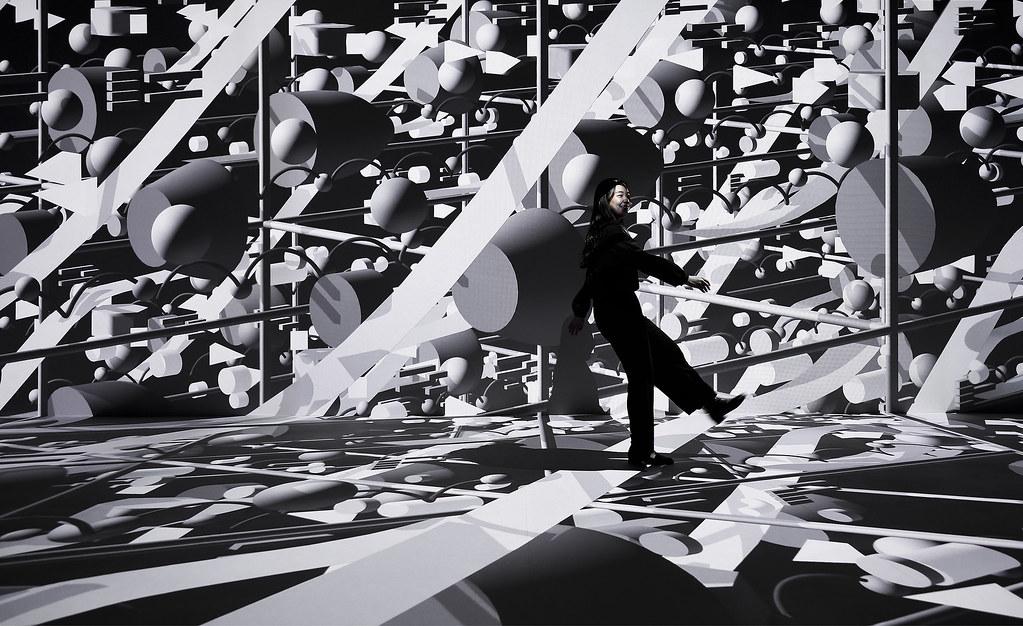 25公尺長的巨幅投影,輪流播放8位藝術家創作