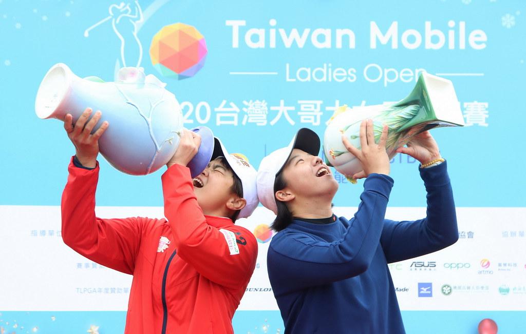 錢珮芸(左)拿下台灣大哥大女子公開賽冠軍,張雅淳則是表現最佳的業餘選手