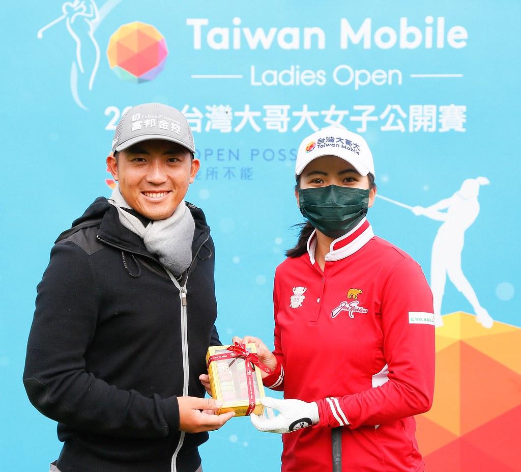 潘政琮(左)到球場為徐薇淩打氣,並帶來聖誕禮物