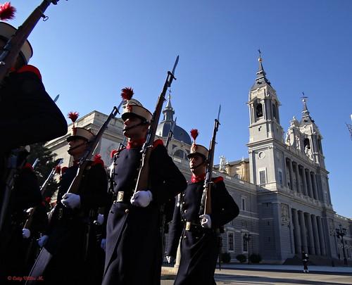 Desfile en  Madrid. Catedral de la Almudena.