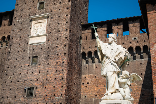 Castello Sforzesco e statua di San Giovanni Nepomuceno