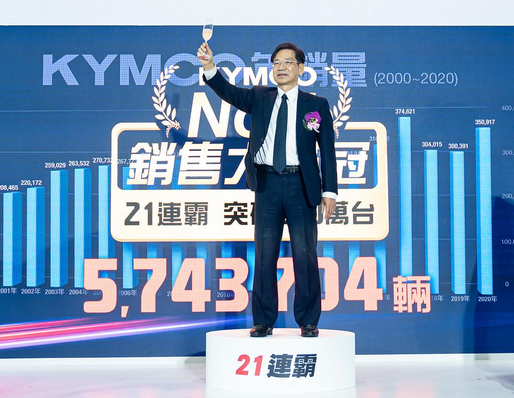 1. KYMCO再度銷售大滿貫,執行長柯俊斌狂賀2020年總銷售衝破35萬台、市佔高達33.9%;更連續21年蟬聯台灣機車市場龍頭寶座,21年連續冠軍累積銷量超過570萬台