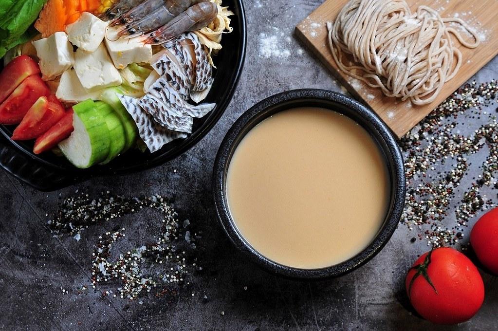 3. 「三文魚味噌湯底」以香氣十足的日式味噌搭配肥美鮭魚,熬煮出富含營養價值的鮮甜湯頭,除了做為火鍋湯底外,更是在家自製創意料理的好幫手。