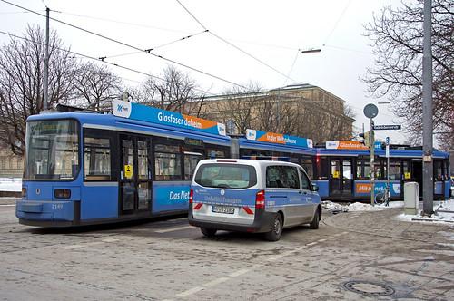 Die zweite Entgleisung an diesem Montag: R2-Wagen 2149 steht nach der Kollision an der Kreuzung Barer Straße/Gabelsbergerstraße mit dem ersten Wagenteil komplett außerhalb der Trasse (Bild: Klaus Werner)