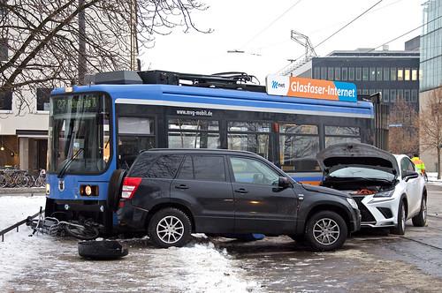 Der weiße SUV hat das erste Wagenteil der Straßenbahn im Kreuzungsbereich zum Entgleisen gebracht und gegen einen abgestellten Jeep und auch ein abgestelltes MVG-Leihrad geschoben (Bild: Klaus Werner)