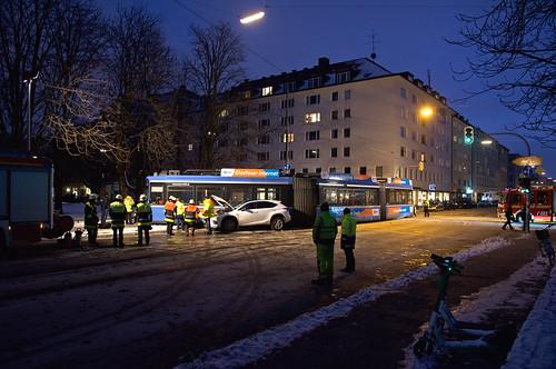 Nach Einbruch der Dunkelheit beginnen die Aufräumarbeiten, die beiden Unfallautos werden abgeschleppt