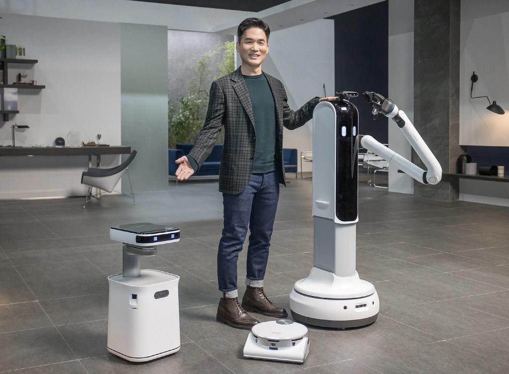 【新聞照片4】三星將AI和機器人導入日常生活中(左:Samsung Bot™ Care、中:JetBot 90 AI+掃地機器人、右:Samsung Bot™ Handy)