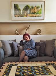 rachel frank  הציירת המודרנית רחל פרנק  שולחן פסיפס ברקע ציור רפי פרץ שדרות רוטשילד ציורי תל אביב