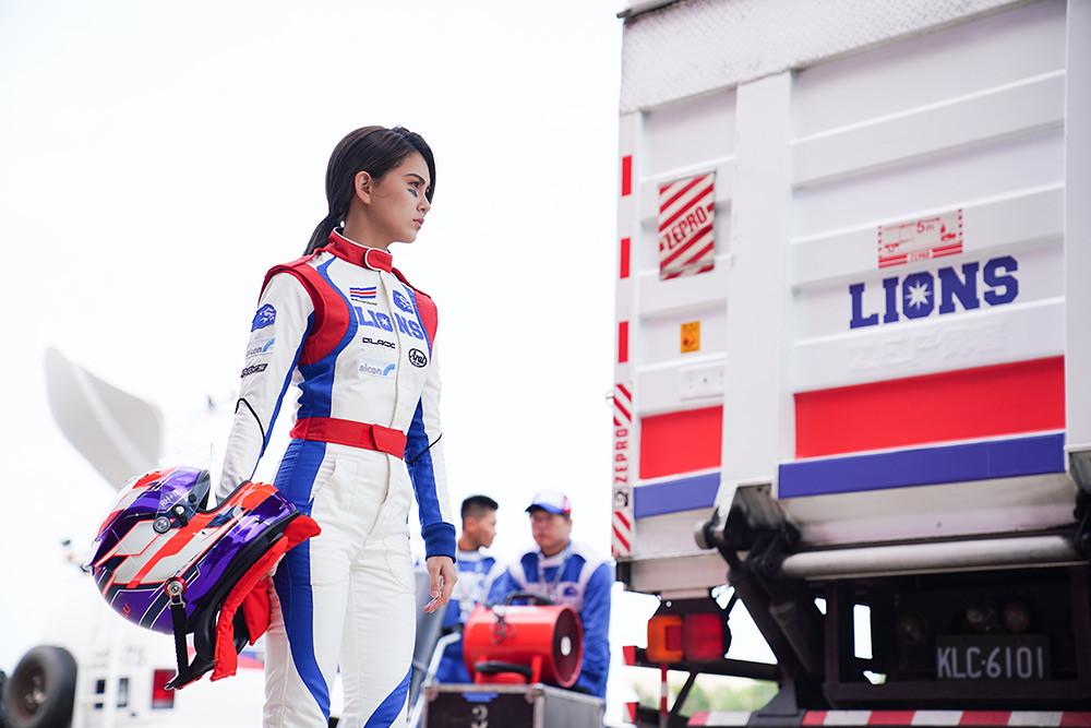 演員昆淩在電影《叱咤風雲》中飾演唯一的女賽車手。(創映電影、量能影業提供)