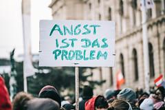 """Plakat bei Anti-Corona-Demo mit dem Schriftzug """"Angst ist das Problem"""""""