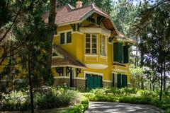 Weg zu einer alten Französischen Villa im Park der Bao Dai Residenz mit vielen Pflanzen und Blumen in Da Lat, Vietnam