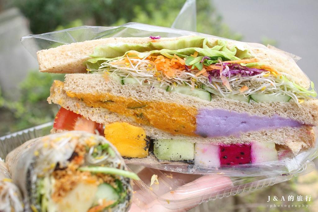 養生健康站。35元就能吃到爆餡蔬果三明治,還有苜蓿芽捲、水果沙拉潛艇堡、香椿炒飯等料理唷! @J&A的旅行