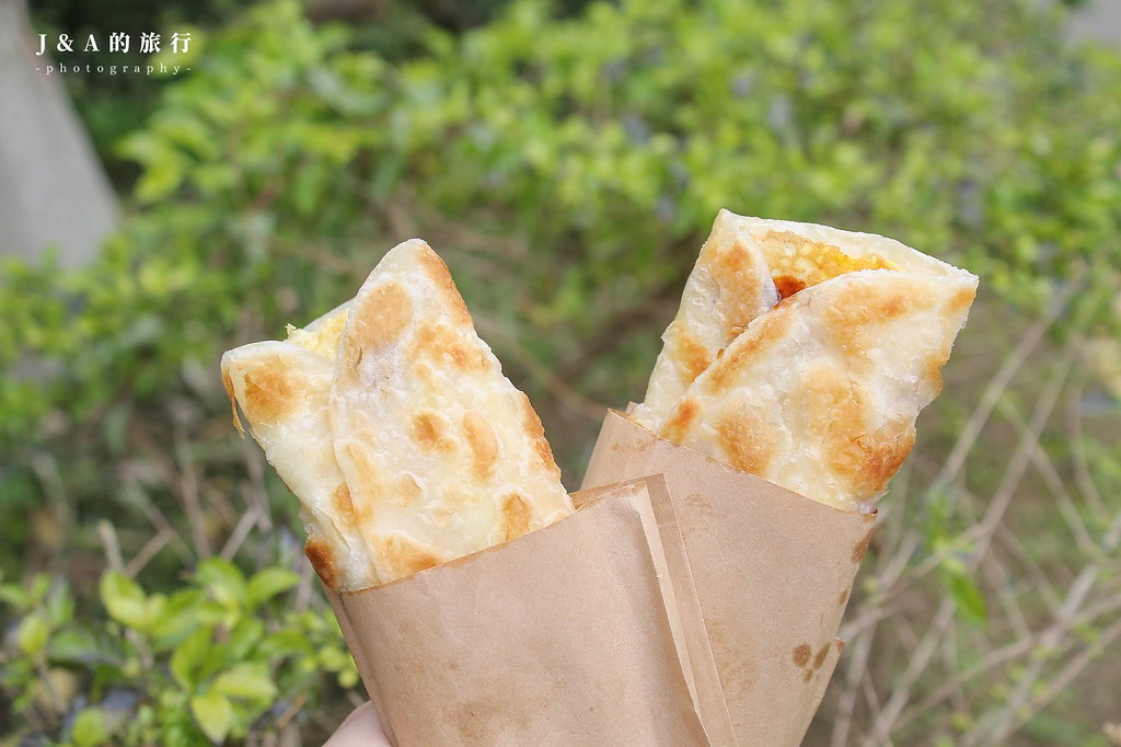 桿麵棍手工蛋餅。拉花焦糖拿鐵只要50元!匈牙利辣腸與脆皮蛋餅迸出新滋味 @J&A的旅行