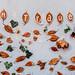 """An die Wand geklebte Herbstblätter und der Text """"in Trauer"""" an der Stelle wo der Terroranschlag am 02.11.2020 in Wien verübt wurde"""