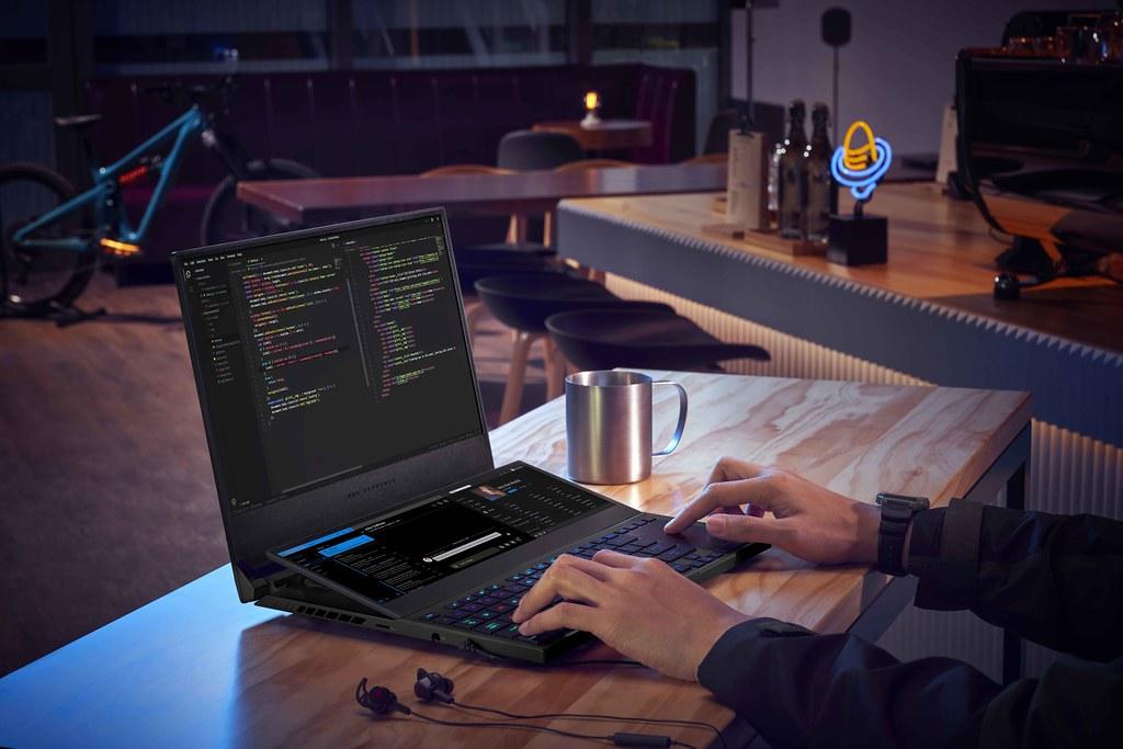 ROG Zephyrus Duo 15 SE為4K雙螢幕電競筆電,替遊戲玩家、創作者帶來第二螢幕的加乘優勢,視野寬廣不受限。