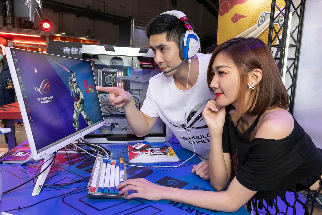 ROG玩家共和國打造台北電玩展最狂朝聖點「七號戰場」,並展示鋼彈聯名新品。 (1)