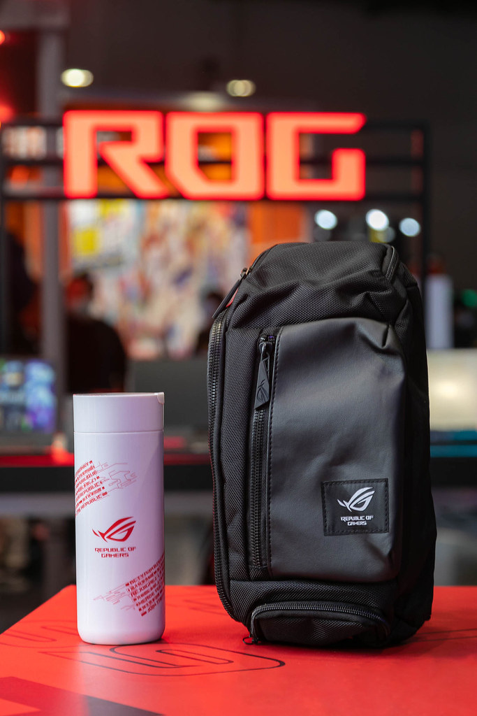 台北電玩展現場購買ROG/ASUS TUF電競筆電即贈ROG不倒杯(送完為止);若為ROG護照會員,購買ROG/ASUS TUF電競筆電或ROG Phone,加贈ROG限量側背包。