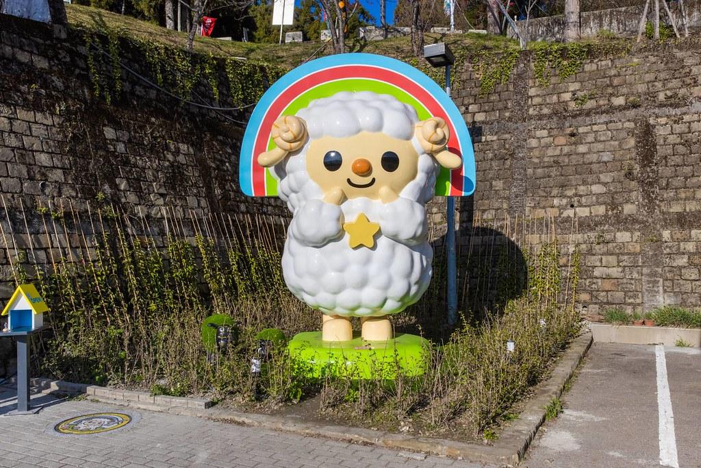 清境商場入口首創高達3.5公尺的巨型OPEN小將綿羊造型公仔,商場內更設置綿羊造型的OPEN!家族融入各項設施中