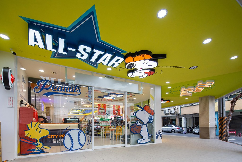 台南SNOOPY史努比主題店全部都是史努比運動風格設計,讓到訪的民眾彷彿跟著史努比一起運動,也帶出花生漫畫(PEANUTS)角色們對棒球的熱愛,讓來訪粉絲拍好拍滿。