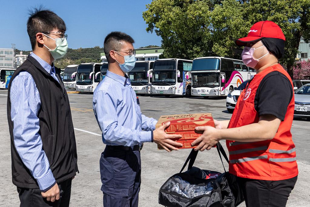 圖四:必勝客力挺年節幕後英雄,送上熱騰騰比薩給國光客運司機,用比薩「團」每一個人的「圓」!