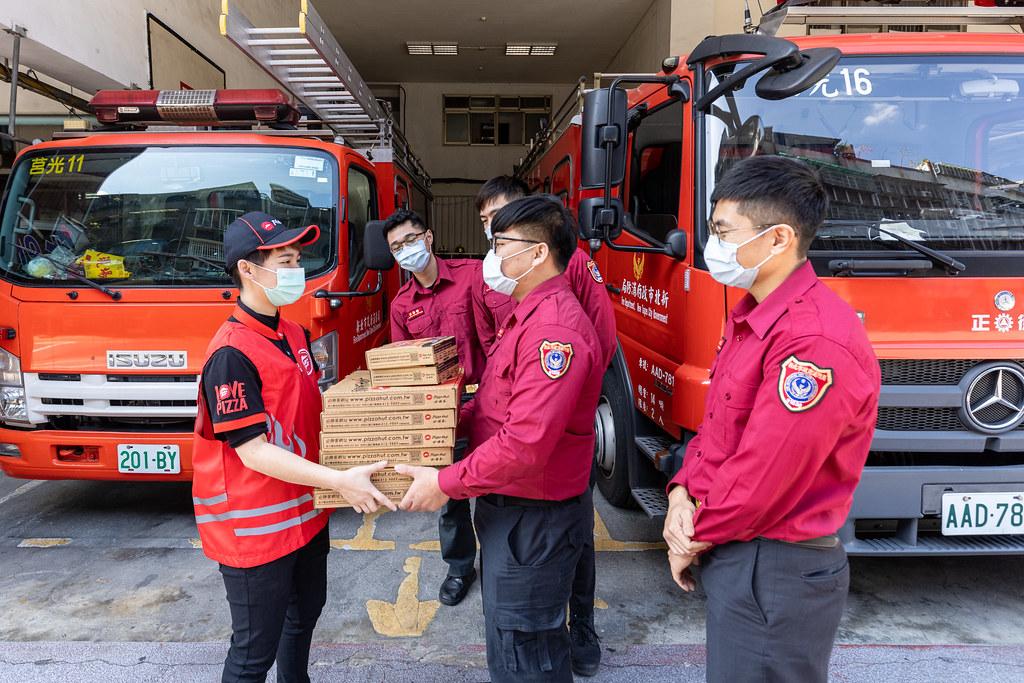 圖二:必勝客力挺年節堅守崗位的消防人員,送上熱騰騰比薩給新北市政府消防局莒光分隊,用比薩「團」每一個人的「圓」!