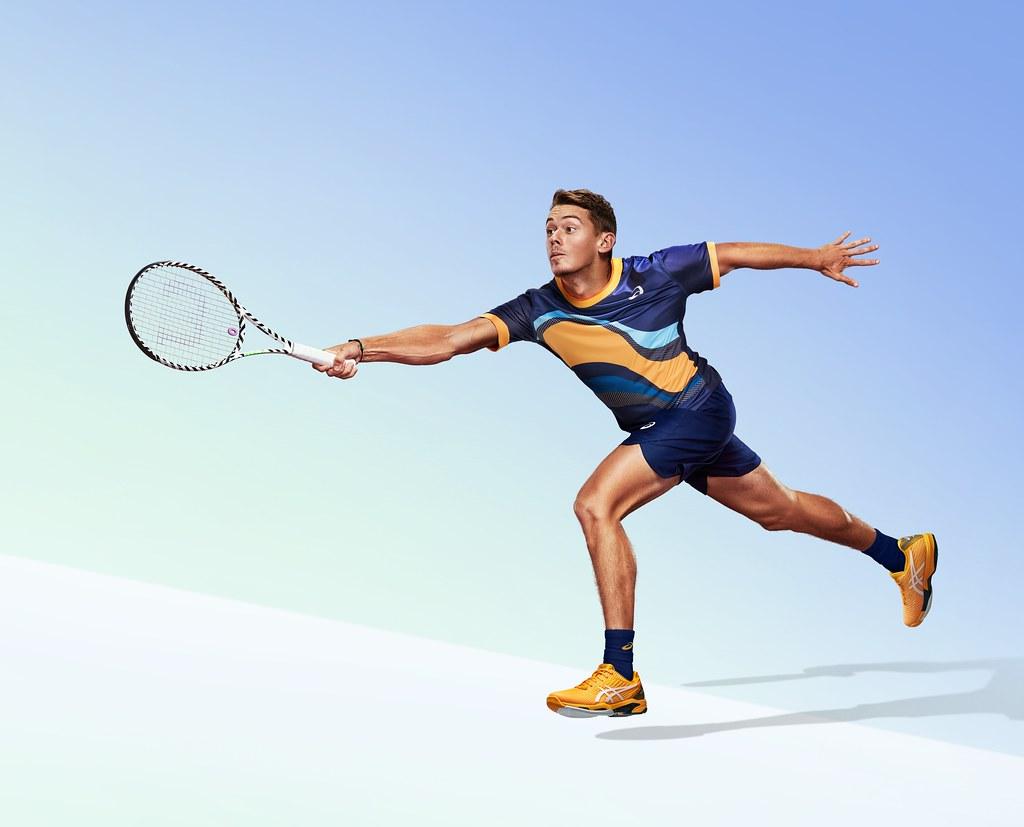 澳洲未來之星Alex de Minaur穿著全新一代SOLOTION SPEED FF 2鞋款,搭配撞色設計服飾,全力備戰澳網