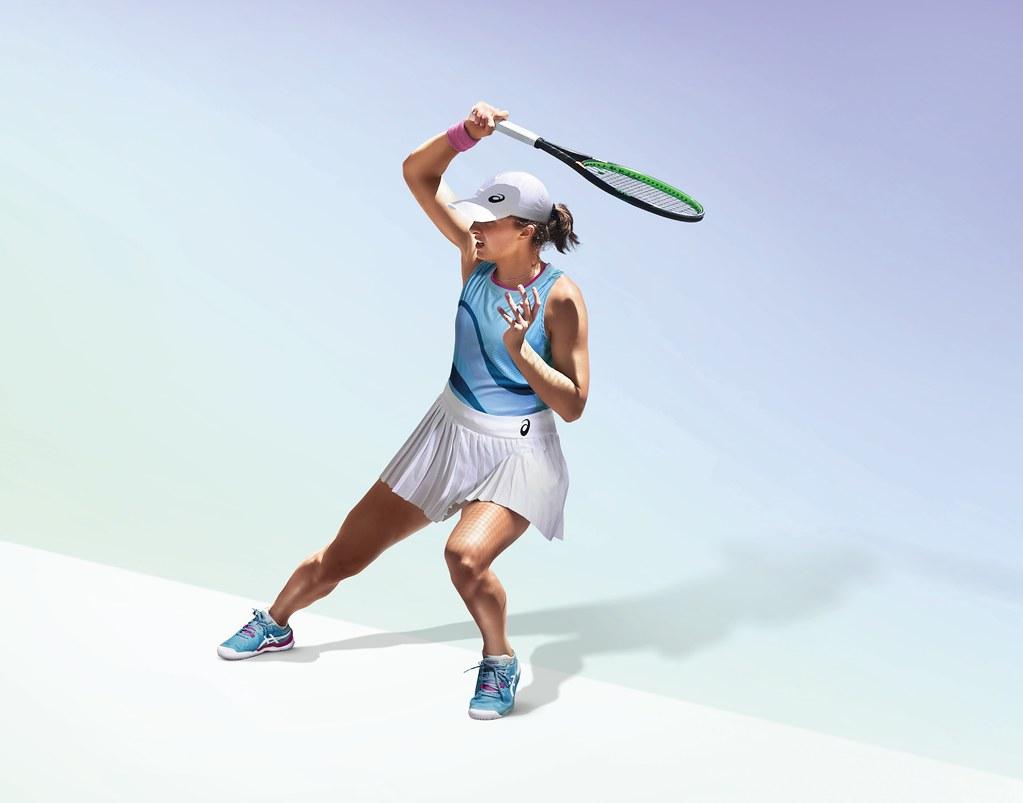 去年法網女單冠軍Iga Swiate穿著全新配色GEL-RESOLUTION 8,搭配鮮艷明亮的服飾展現個人完美球技