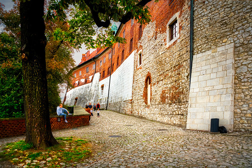 Walkway around the high northwestern external wall of the Wawel Castle, Krakow, Poland.  948-Edita
