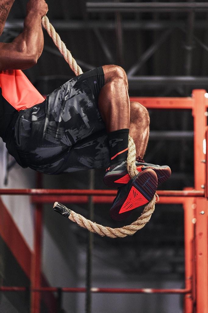 「UA TriBase Reign 3」全面升級穩定度、耐磨鞋面及靈活度,TRIBASE™三角穩定結構專利提供更強支撐及抓地力。