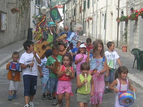 @stefanopanzarasa 🎸 corteo #ecopacifista #orecchioverde 👪 #girotondo per i #bambini di #tutto il #mondo 🌈 a #giannirodari #capracotta #2010 #2020 🎥#elettriv💻📲 #webtv #musicaoriginale #canalemusicale #sot