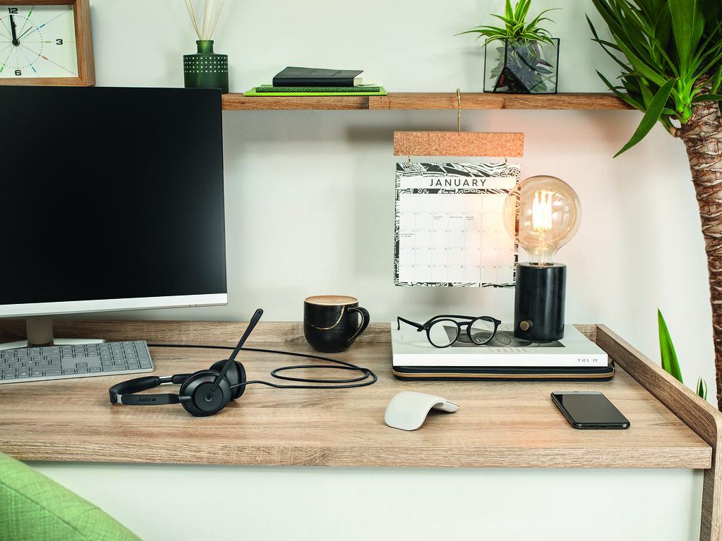 Jabra Evolve2 30 MS 黑色辦公室情境中照