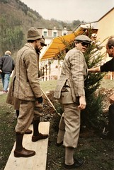 Meiringen - the professionals ensure that the commemorative tree is properly planted (photo by Jean Upton)