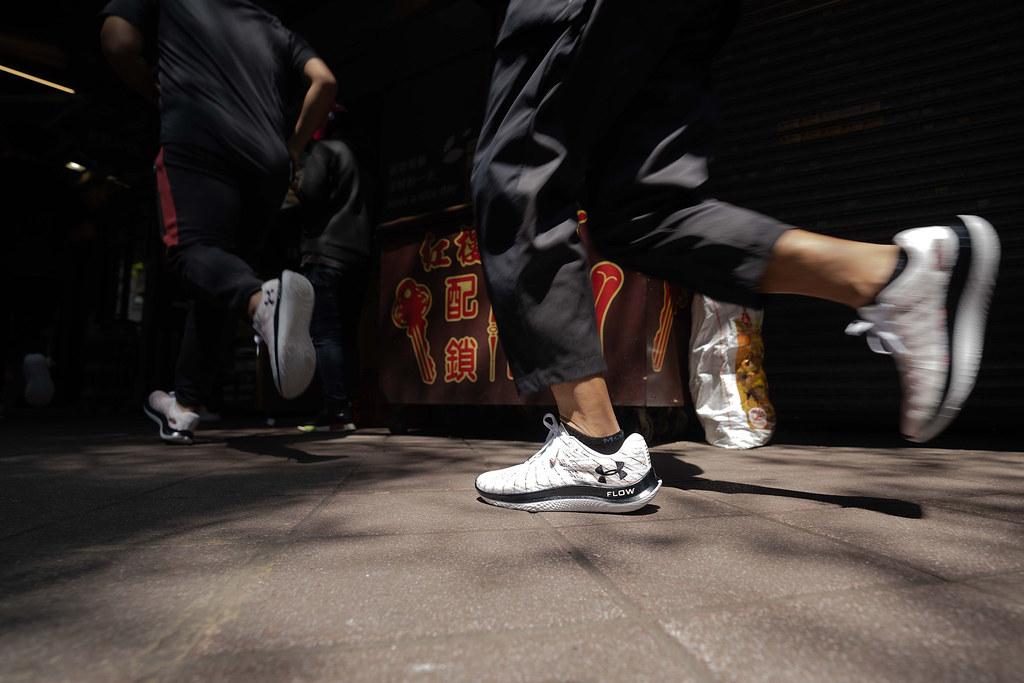 跑步愛好者親身體驗「UA Flow Velociti Wind」帶來的輕、炫、快。 (1)