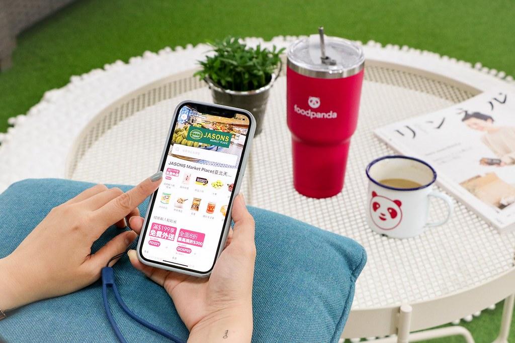 【新聞稿圖片4】在指定服務範圍內的消費者就可在foodpanda生鮮雜貨專區看到JASONS MARKET PLACE上服務,手機下單20分鐘就能輕鬆擁有來自世界各國的精選商品!