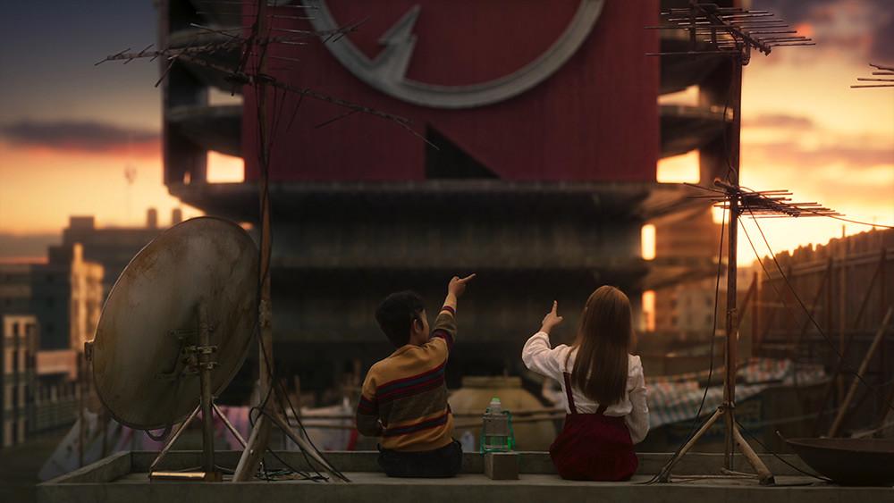 【天橋上的魔術師】小不點(圖左-李奕樵飾演)暗戀酷妹特莉莎(圖右-偉莉莎飾演)-(2)
