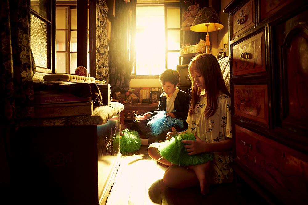 【天橋上的魔術師】小不點(圖左-李奕樵飾演)暗戀酷妹特莉莎(圖右-偉莉莎飾演)-(1)