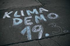 """""""Klimademo 19.03"""" geschrieben mit Kreide auf Asphalt. Weltweiter Klimastreik"""