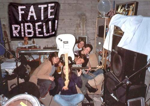 Fate Ribelli 🎸 #rock #femminile 🎤 #hardrock #rocknroll 🎥#elettritv💻📲 #webtv #musicaoriginale 💞 #canalemusicale 🙌#webtvmusicaoriginale #playlist #sottosuolo #music 🔊 #unde