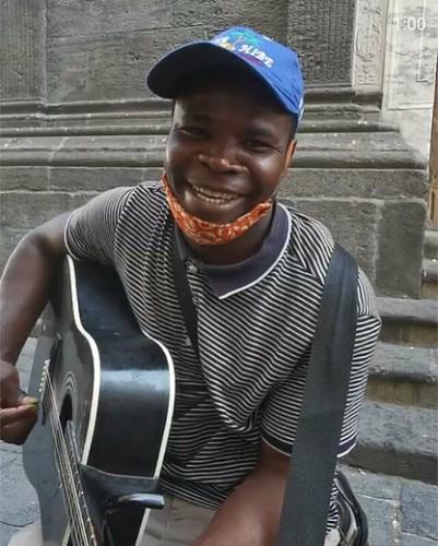 Joseph #artistadistrada #chitarrista #aggredito #chitarra spezzata  #piazzamiraglia #napoli #ele