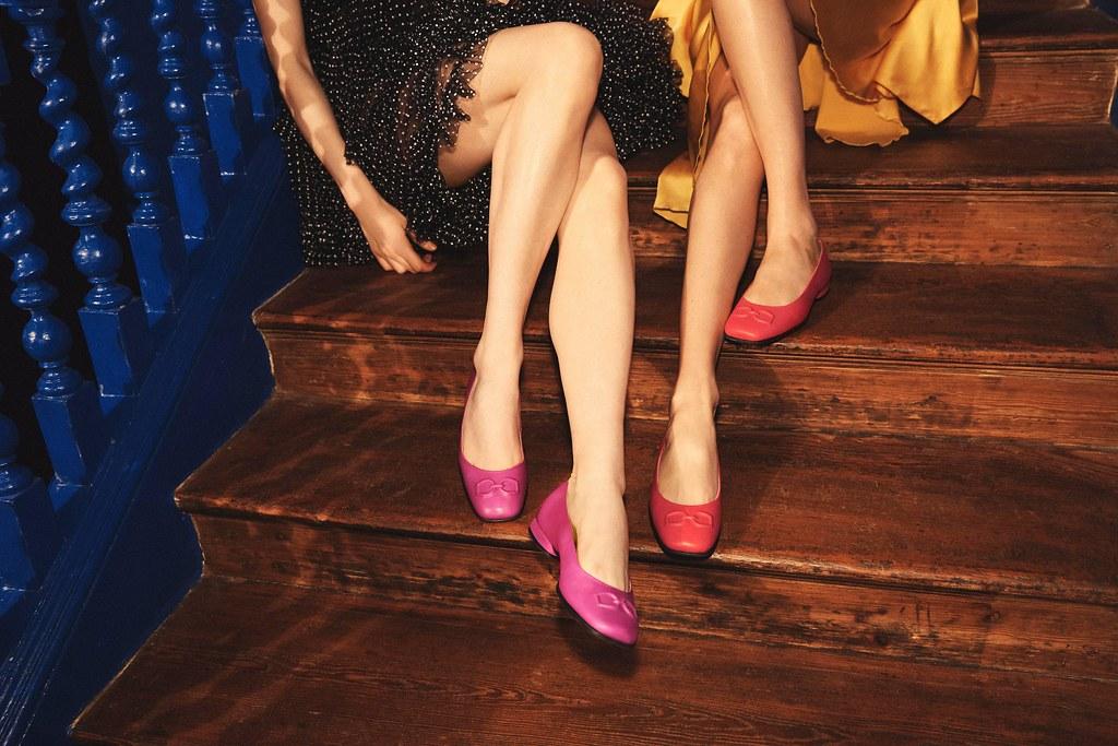 (情境圖9)【ANINE SQUARED淑女鞋】搭配一件式印花洋裝或簡易的西裝套裝,無論甜美造型或帥氣個性都能駕馭!木槿紅限量款 NT$6,380_霓紅紫限量款 NT$6,380