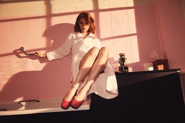 (情境圖7)【ANINE SQUARED淑女鞋】搭配一件式印花洋裝或簡易的西裝套裝,無論甜美造型或帥氣個性都能駕馭!木槿紅限量款 NT$6,380_霓紅紫限量款 NT$6,380