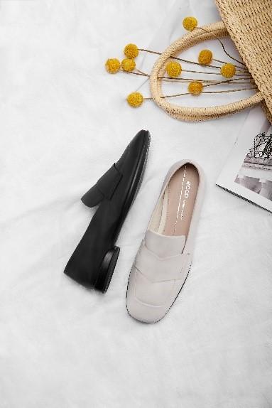 (情境圖6)【ANINE SQUARED安妮方頭淑女鞋】另有推出樂福鞋款式,融合方頭與全皮革的設計。簡約又百搭!除了已開賣的黑色外,素雅的石灰白色將於4月底上市。_黑_石灰白_NT$6,380