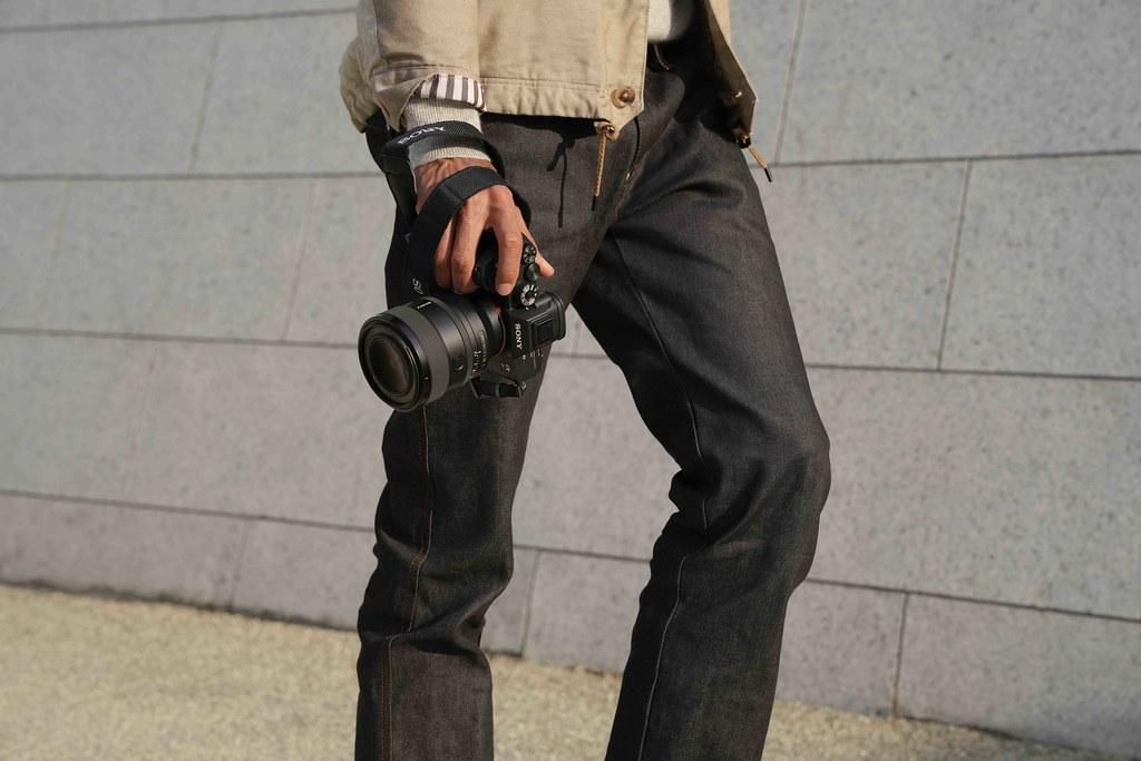 圖3) FE 50mm F1.2 GM 不僅擁有專業操控性能,透過 Sony 全新模擬技術和最頂尖的光學設計,實現極致輕巧鏡身兼具卓越影像表現的成果,帶給創作者更高的機動性和便攜性。