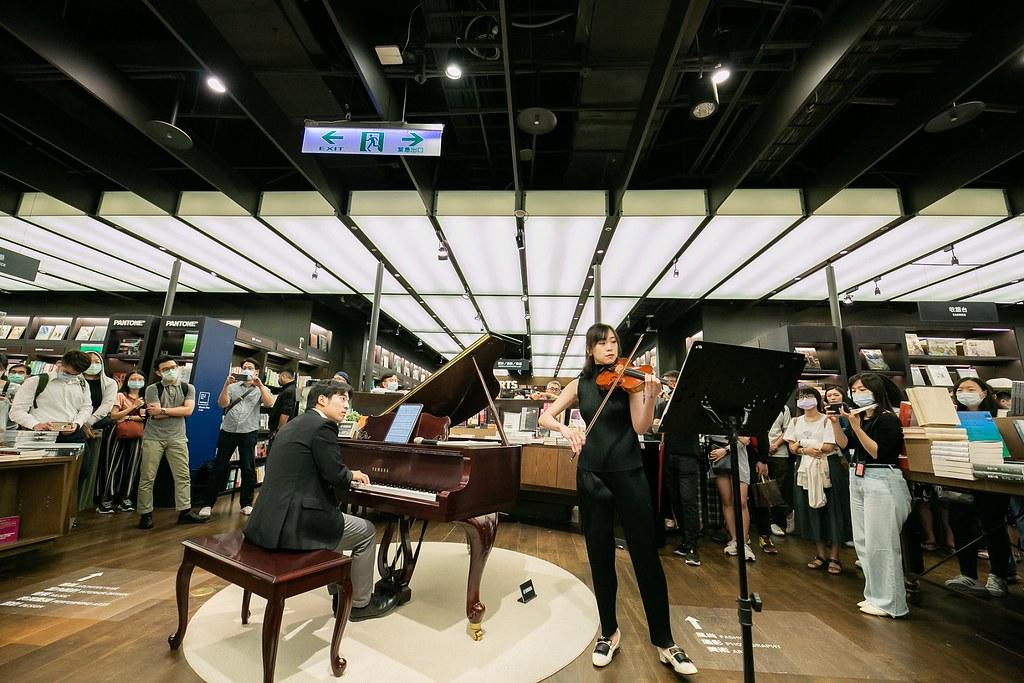圖四:誠品信義店邀請音樂家在每周五、六於書店琴藝空間演奏宮崎駿的《龍貓》、《崖上的波妞》等電影曲目。