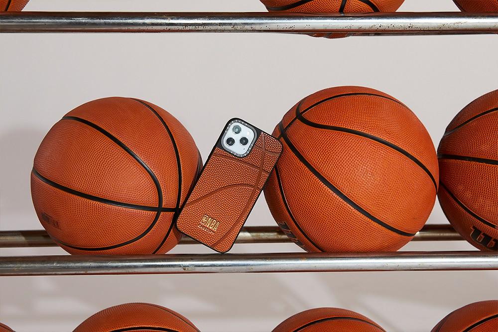 5. 延續年初大受歡迎的籃球荔枝皮革手機殼熱潮,二度聯名以經典籃球標誌色橘色皮革亮眼回歸