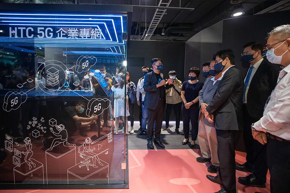 HTC新聞稿-高雄市市長陳其邁市長參觀HTC-5G企業專網Server,由HTC-VR企業解決方案鮑永哲副總介紹說明